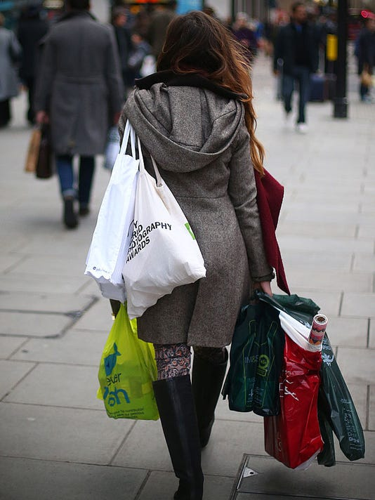 Last Minute Christmas Shoppers Hunt For Gifts On The High Street