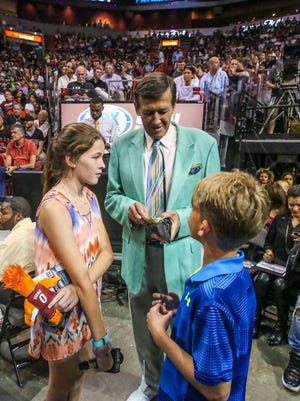Sager takes a moment to just be dad with his kids and gets them cotton candy money. Craig Sager, the eccentric TNT/TBS NBA sideline reporter began his broadcast career with WINK-TV in Fort Myers in the mid-1970s. HeÕs now renewing his very public battle against leukemia while still working NBA games. He worked the Chicago Bulls at Miami Heat game on Thursday, April 7, 2016.