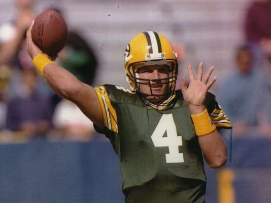 1992 Press Photo Max McGee watching Packer quarterback Brett Favre throwing.