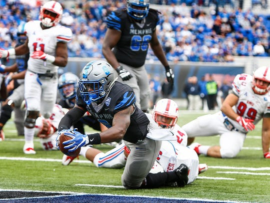 Memphis running back Patrick Taylor, Jr. (middle) runs past the SMU defense for a touchdown during second quarter action in Memphis, Tenn., Saturday, November 18, 2017.