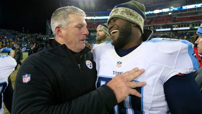 Steelers offensive line coach and former Titans head coach Mike Munchak talks with Titans center Chris Spencer after the Steelers beat the Titans 27-24 at LP Field.