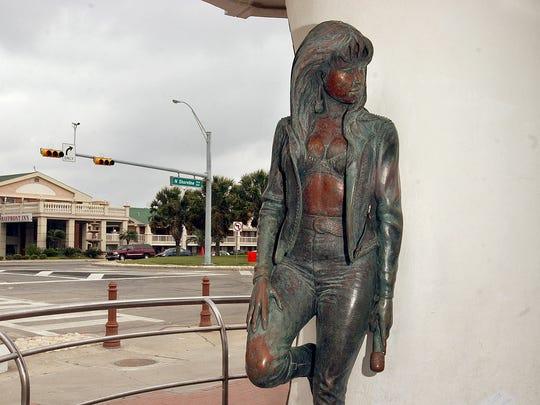 The Selena statue in March 2006.