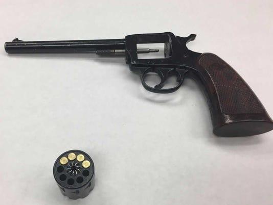 636458009136001539-handgun.jpg