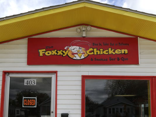 635803593602323724-APC-Buzz-The-Foxxy-Chicken-1185-101315-wag