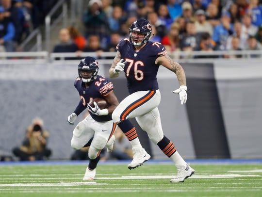 Chicago Bears offensive guard Tom Compton (76) blocks