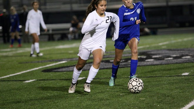 Carolina Verde (21) dribbles up the field during a rivalry game between Barron Collier and Gulf Coast on Thursday.