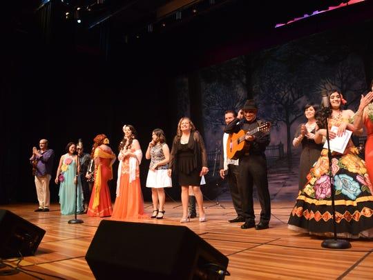 Los artistas cierran la novena Noche Bohemia cantando