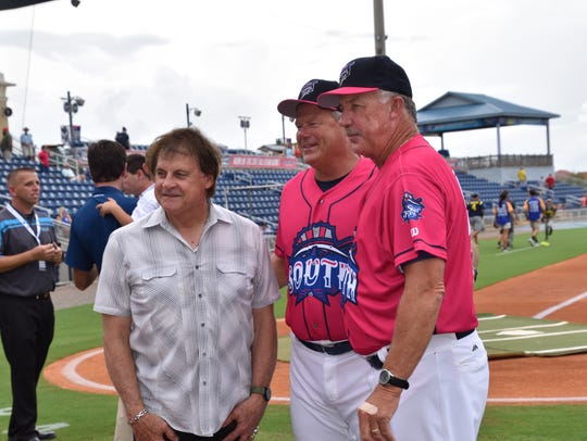 Blue Wahoos manager Pat Kelly (center), shown with