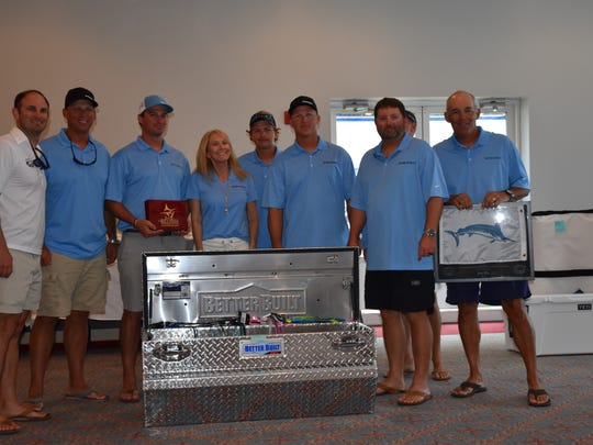 The crew of Born2Run with its awards as top club boat
