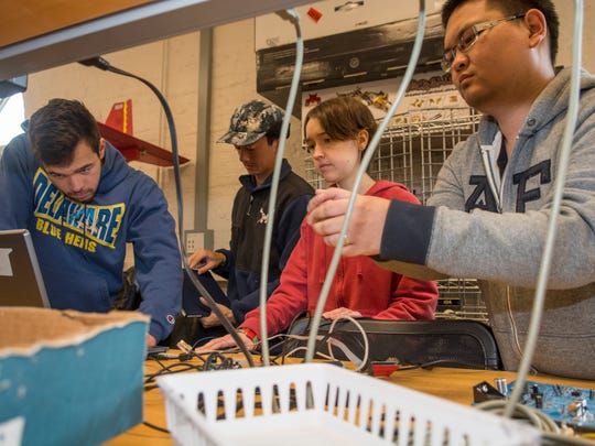 UD students work on Grid Integrated Vehicles tec in