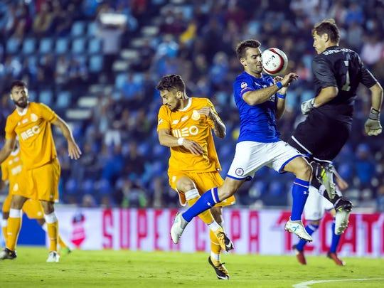 El portero español del Porto Iker Casillas (der.) atajó