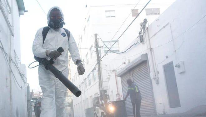 Trabajadores municipiales limpian las calles de Miami Beach, Florida, Estados Unidos hoy 19 de agosto de 2016 para controlar la propagación de mosquitos.