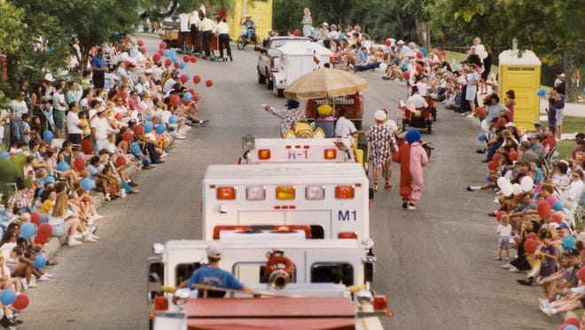 Crowds line Santa Fe Park Drive for the 1993 Fiesta del Concho parade.