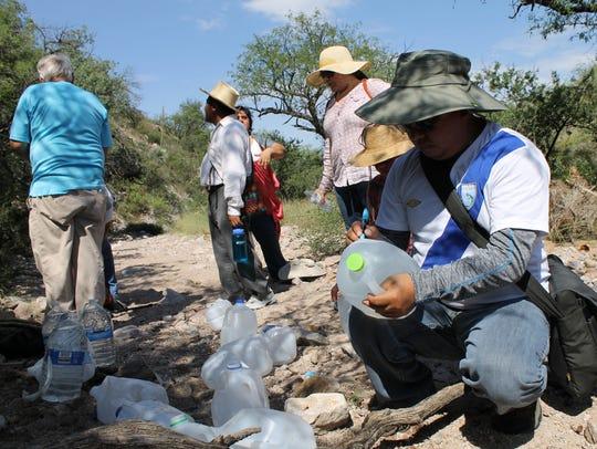 Funcionarios consulares y activistas recorren el desierto de Arizona.