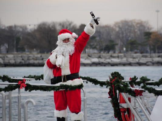 636478239168674904-santa-boat2.jpg