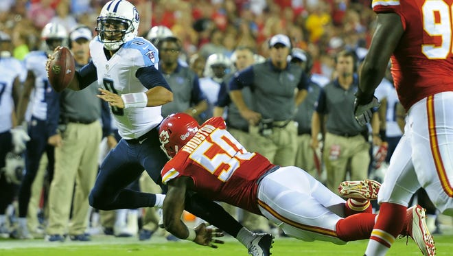 Titans quarterback Marcus Mariota tries to get away from Chiefs outside linebacker Justin Houston during the second quarter.