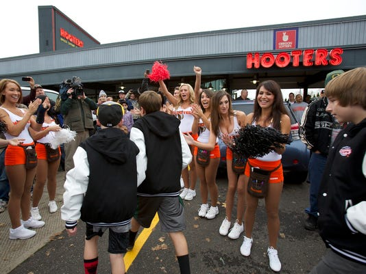 Middle school team celebrates at Hooters