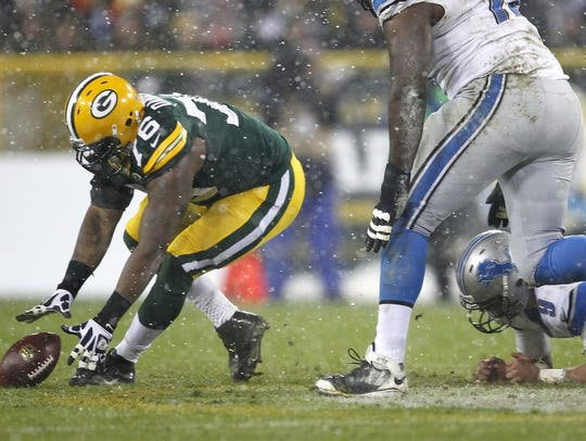 Green Bay Packers' Mike Daniels recovers a fumble by