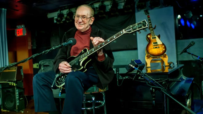 Les Paul at his last-ever performance, at the Iridium jazz club in Manhattan, May 2009.