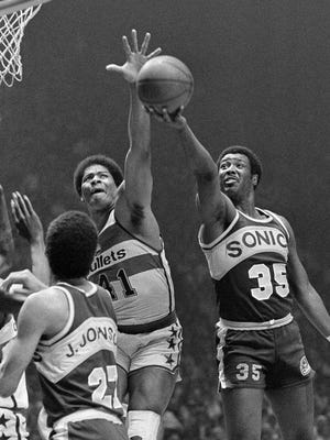 Washington's Wes Unseld, left reaches to block a shot by Seattle Supersonic Paul Silas during the 1979 NBA playoffs in Landover, Md. [AP FILE PHOTO