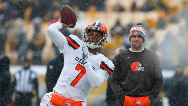 Cleveland Browns QB DeShone Kizer warms up before the game against the Pittsburgh Steelers at Heinz Field on Dec. 31, 2017 in Pittsburgh.