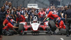 Graham Rahal's pit crew moves quickly during a preliminary