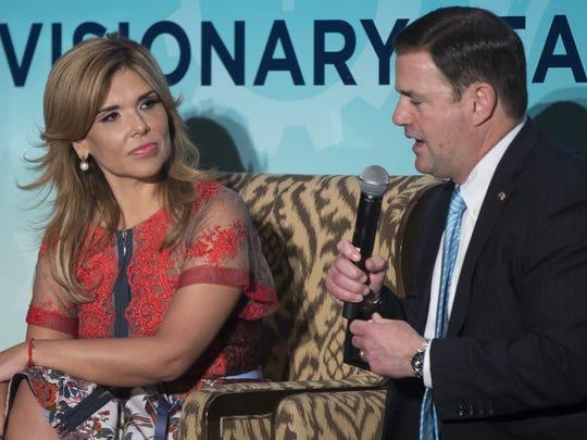 El gobernador de Arizona, Doug Ducey, y su homologa