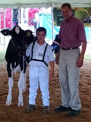 Wyatt Cordell, Saint Thomas, received the First-Year Novice Showman award sponsored and presented by Bob Mumma, Agri-Nutrition Consulting.