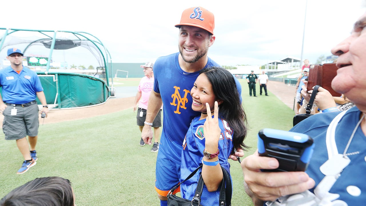 Tim Tebow thrills fans with autographs, photos