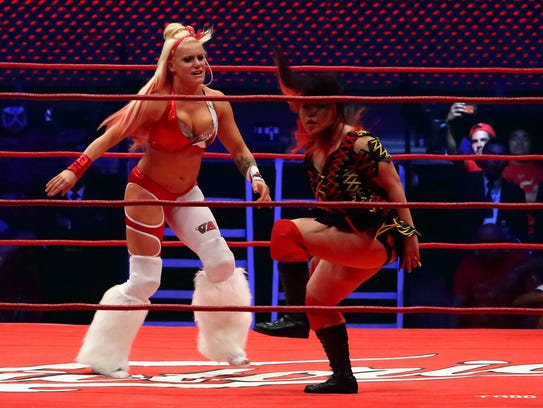 Taya (izq.) una de las luchadoras más aclamadas del