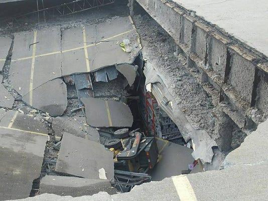 636197387156111501-collapse.jpg