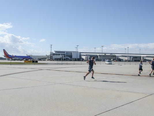 635849275127213080-sm-2015-3rd-annual-runway5k-0058.jpg