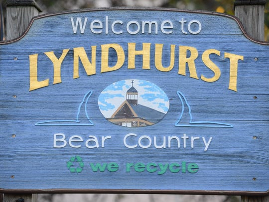 Lyndhurst welcome sign.
