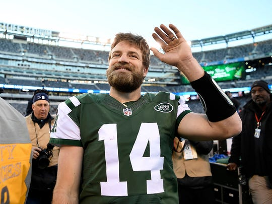 Jets quarterback Ryan Fitzpatrick (14) waving to fans as he left the field Sunday for what could be his last time as a Jet.