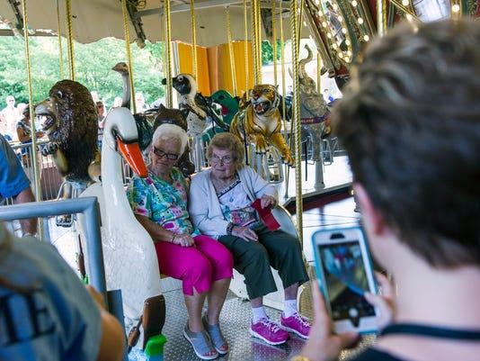 Mesker Zoo Carousel 03