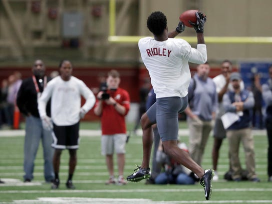 Alabama wide receiver Calvin Ridley (3) catches passes