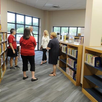 Thomas Metthe/Reporter-News People check out the new Bonham Elementary School library Thursday afternoon.