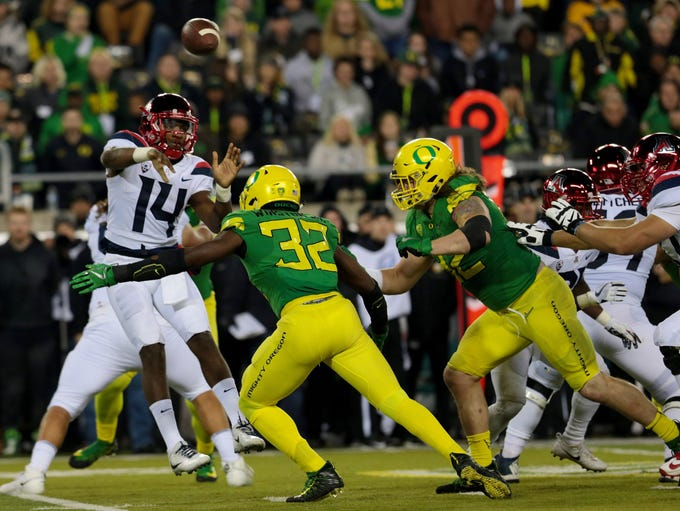 Oregon Ducks linebacker La'Mar Winston Jr. (32) rushes