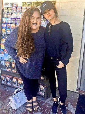 Selena Gomez reapareció en un restaurante de Tennessee donde se tomó fotos con fans, apenas días después de haber terminado su rehabilitación para tratar la ansiedad y depresión causada por el medicamento contra el lupus.