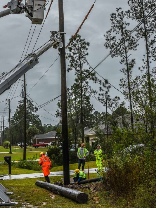636430801426116909-Linemen-restoring-power---Nate---Navarre-Beach-home-10-8-17-10.jpg