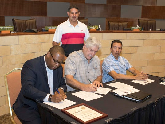 636378301164548343-Morongo-and-VA-officials-sign-direct-loan-agreement..jpg