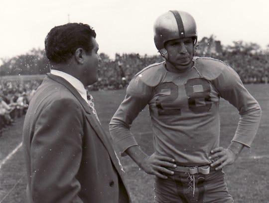 Green Bay Packers coach Gene Ronzani, left, talks to