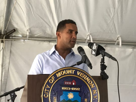 Mount Vernon Mayor Richard Thomas speaks at a town