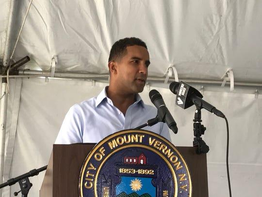Mount Vernon Mayor Richard Thomas speaks at a town