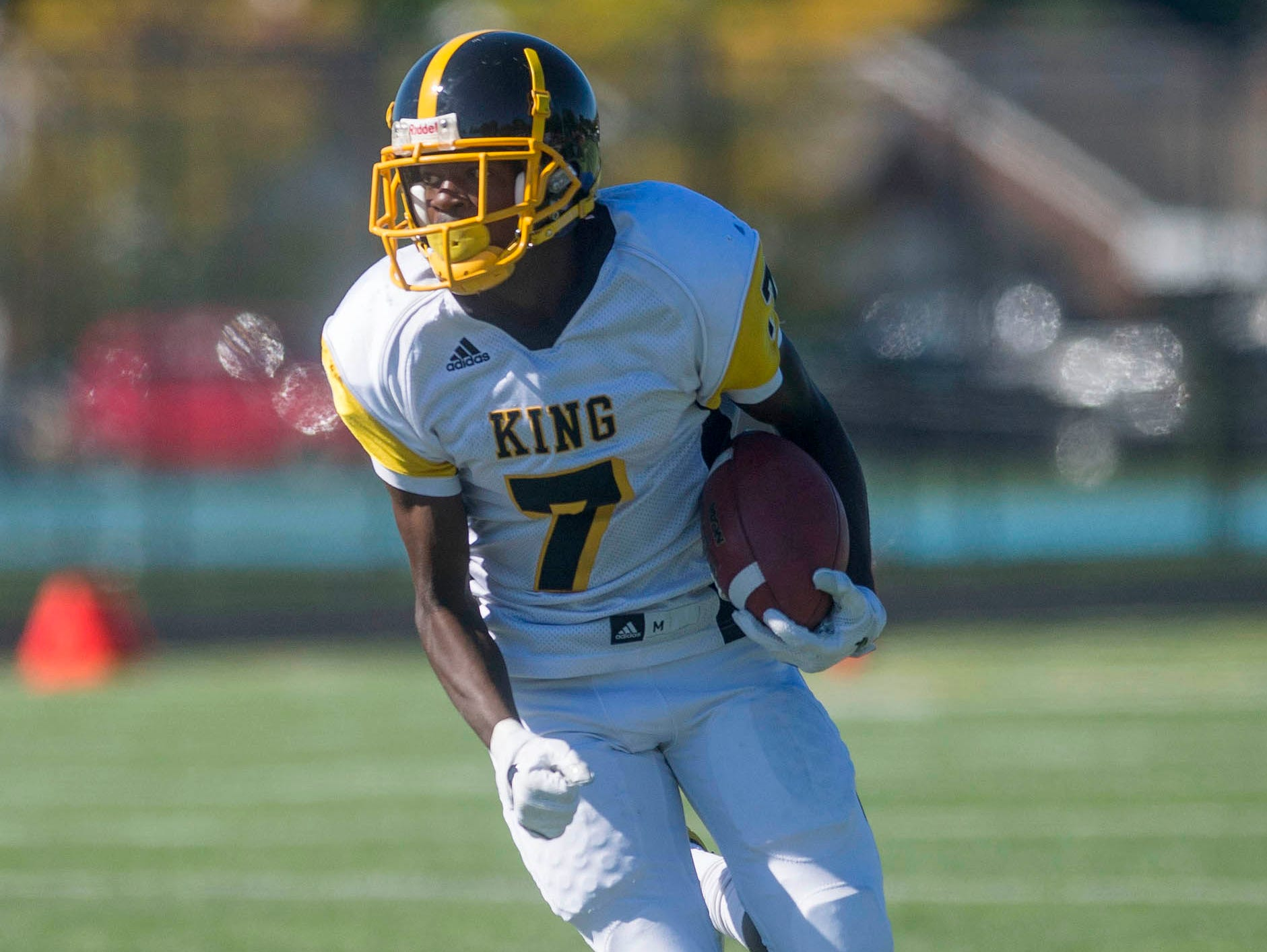 Detroit Martin Luther King Jr. High School's Christian Chatman (7) rushes during the game.