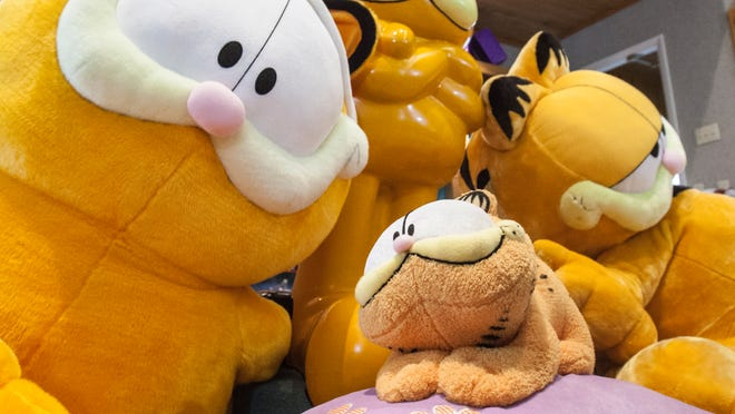 Do like like this big orange cat? Cathy Kothe met Jim Davis the creator of Garfield today after she won the world record for largest Garfield collection having gathered over 11,000 pieces of merchandise.