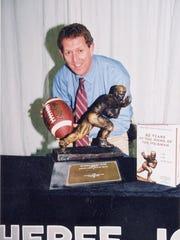 Craig Durrett with Heisman trophy, 2002