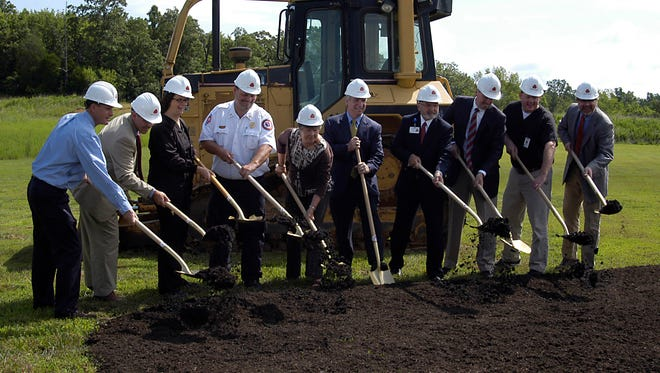Pictured, from left, Mike Ford, Mickey Williams (both from Batten & Shaw), Gabe Triplett (ED Director), Donny Bear (Dickson Ambulance Service Director), Martha Shepard (Board of Trustees Chairman), Steve Corbeil (TriStar Health System Division President), John Marshall (CEO of TriStar Horizon Medical Center), Mayor Bob Rial, Dr. Matt Tincher (chief of emergency medicine), and Trip Hereford (Architect, Lyman Davidson Dooley).