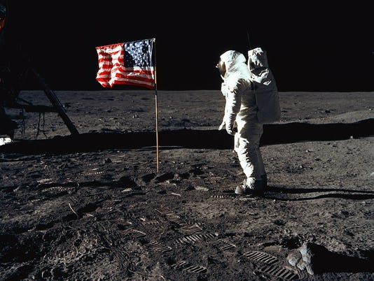 "636674125225919645-apollo11-aldrin-moonwalk-as11-40-5875-full.jpg ""daten-mycapture-src ="" https://www.gannett-cdn.com/media/2018/07/17/Brevard/ Brevard / 636674125225919645-apollo11-aldrin-moonwalk-as11-40-5875-full.jpg ""data-mycapture-sm-src ="" https://www.gannett-cdn.com/-mm-/50117b4bfe181f32492ec4d414638d7c08e560e6/r=500x400 / local / - / media / 2018/07/17 / Brevard / Brevard / 636674125225919645-apollo11-aldrin-moonwalk-as11-40-5875-full.jpg "">>>>>>>>>>>>>>> >>>>>>>>>>>>>>>>>>>>>>> Lunar module pilot of the first moon landing mission posed for a photo beside the flag of the United States during an Apollo 11 moonwalk The astronaut's left side and footprints are clearly visible. </span><meta itemprop="