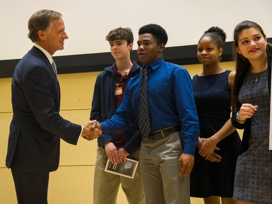Tenn. Gov. Bill Haslam, left, shakes hands with Oak